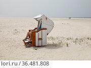 Strandkorb am Strand, Norddorf, Insel Amrum, Nordfriesland, Schleswig... Стоковое фото, фотограф Zoonar.com/Stefan Ziese / age Fotostock / Фотобанк Лори