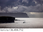 Two figures on the cliffs at Yesnaby with Hoy beyond, Orkney Isles, Scotland. October 2020. Стоковое фото, фотограф David Noton / Nature Picture Library / Фотобанк Лори