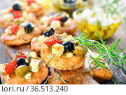 Warme griechische Vorspeise: Überbackene Pita-Brötchen mit Feta, Oliven... Стоковое фото, фотограф Zoonar.com/Karl Allgaeuer / easy Fotostock / Фотобанк Лори