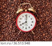 Vintage Wecker zeigt 8 Uhr auf Hintergrund aus Kaffeebohnen. Стоковое фото, фотограф Zoonar.com/Barbara Neveu / easy Fotostock / Фотобанк Лори