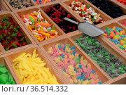 Markt, wochenmarkt, süßigkeiten, bunt, naschen, naschwerk, zucker... Стоковое фото, фотограф Zoonar.com/Volker Rauch / easy Fotostock / Фотобанк Лори