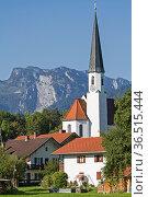 Die idyllische Dorfkirche von Arzbach mit Benediktenwand im Sommer. Стоковое фото, фотограф Zoonar.com/Eder Christa / easy Fotostock / Фотобанк Лори