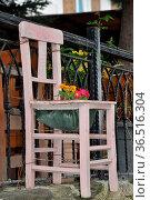 Großer Stuhl, stuhl, möbel, groß, deko, blumen, dekoration, blumenschmuck... Стоковое фото, фотограф Zoonar.com/Volker Rauch / easy Fotostock / Фотобанк Лори