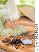 Weißkraut in Vorbereitung für die Herstellung von Sauerkraut - German... Стоковое фото, фотограф Zoonar.com/Karl Allgaeuer / easy Fotostock / Фотобанк Лори