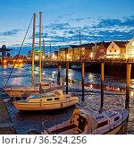 Husumer Hafen, Tidehafen bei Ebbe am Abend, Binnenhafen, Stadthafen... Стоковое фото, фотограф Zoonar.com/Stefan Ziese / age Fotostock / Фотобанк Лори