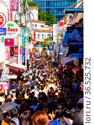 TOKYO, JAPAN - JUNE 26, 2016: Takeshita street lined with shops and... Стоковое фото, фотограф Zoonar.com/Pius Lee / age Fotostock / Фотобанк Лори