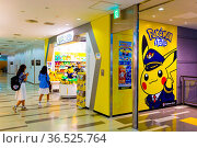 TOKYO, JAPAN - JULY 21, 2016: Pikachu stuffed dolls greet young Asian... Стоковое фото, фотограф Zoonar.com/Pius Lee / age Fotostock / Фотобанк Лори