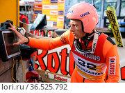 Mal schnell einen Blick auf den Ergebnismonitor: Dawid Kubacki (Polen... Стоковое фото, фотограф Zoonar.com/Joachim Hahne / age Fotostock / Фотобанк Лори