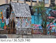 Streetart , Berlin, kunst, graffiti, deutschland, brd, hütte, häuschen... Стоковое фото, фотограф Zoonar.com/Volker Rauch / easy Fotostock / Фотобанк Лори