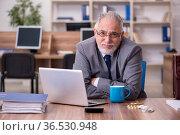 Coronavirus infected old businessman employee sitting in the off. Стоковое фото, фотограф Elnur / Фотобанк Лори