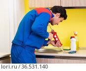 Repairman working in the kitchen. Стоковое фото, фотограф Elnur / Фотобанк Лори