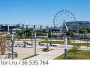 Krasnogorsk, Russia - July 22. 2021. View of embankment and ferris wheel (2000 год). Редакционное фото, фотограф Володина Ольга / Фотобанк Лори