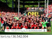Sportclub Freiburg - Meister der 2. Fußball-Bundesliga in der Spielzeit... Стоковое фото, фотограф Zoonar.com/Joachim Hahne / age Fotostock / Фотобанк Лори
