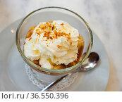 Dessert Banoffi of cookies with bananas and cream. Стоковое фото, фотограф Яков Филимонов / Фотобанк Лори