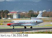 Presidential aircraft Falcon with Pedro Sanchez leaving Barcelona-El Prat Airport (2020 год). Редакционное фото, фотограф Яков Филимонов / Фотобанк Лори