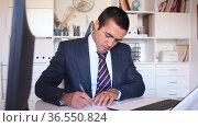 Portrait of smiling successful business woman working on laptop in modern office. Стоковое видео, видеограф Яков Филимонов / Фотобанк Лори