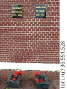 Надгробные плиты советских политических и государственных деятелей Леонида Костандова и Дмитрия Устинова на Кремлёвской стене в центре города Москвы. Редакционное фото, фотограф Free Wind / Фотобанк Лори
