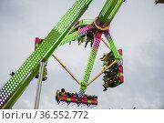 Despinte a light rain, people enjoy the rides at the County Fair ... Стоковое фото, фотограф Lori Epstein / age Fotostock / Фотобанк Лори