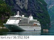 Kreuzfahrtschiff Silver Whisper und Zubringerboot im Geirangerfjord... Стоковое фото, фотограф Zoonar.com/Georg / age Fotostock / Фотобанк Лори