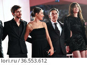 Ben Attal, Suzanne Jouannet, the director Yvan Attal with wife Charlotte... Редакционное фото, фотограф Maria Laura Antonelli / AGF/Maria Laura Antonelli / age Fotostock / Фотобанк Лори