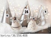 Festlicher Adventskalender mit Schnee und Lichtern. Стоковое фото, фотограф Zoonar.com/Petra Schüller / easy Fotostock / Фотобанк Лори
