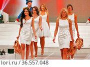 Schaulaufen für die Jury bei der Wahl zur Miss Germany 2016 - Das... Стоковое фото, фотограф Zoonar.com/Joachim Hahne / age Fotostock / Фотобанк Лори
