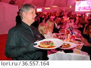 Leckeres Essen und hoher Unterhaltungswert bei der Wahl zur Miss ... Стоковое фото, фотограф Zoonar.com/Joachim Hahne / age Fotostock / Фотобанк Лори