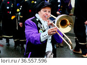 Guggemusikerin beim Fasnetumzug Hartheim 2016. Стоковое фото, фотограф Zoonar.com/Joachim Hahne / age Fotostock / Фотобанк Лори