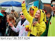 Trotz Regen ausgelassene Stimmung bei den Narren am Straßenrand beim... Стоковое фото, фотограф Zoonar.com/Joachim Hahne / age Fotostock / Фотобанк Лори