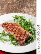 Steak auf Rucolasalat. Стоковое фото, фотограф Zoonar.com/Photographer: Bernd Juergens / easy Fotostock / Фотобанк Лори