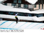 Optische Täuschung: Keine Angst, dieser Snowboarder springt nicht... Стоковое фото, фотограф Zoonar.com/Joachim Hahne / age Fotostock / Фотобанк Лори