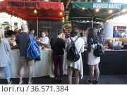 Puestos de venta de dulces en el Borough Market, Southwark, Londres... (2019 год). Редакционное фото, фотограф Eduardo Dreizzen / age Fotostock / Фотобанк Лори