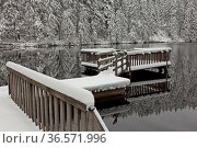 Mummelsee, See, Schwarzwald, Steg, Schnee, Spiegelungen im Wasser. Стоковое фото, фотограф Zoonar.com/Gerd Herrmann / age Fotostock / Фотобанк Лори