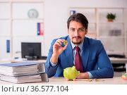 Man earning money via Internet in retirement concept. Стоковое фото, фотограф Zoonar.com/Elnur Amikishiyev / easy Fotostock / Фотобанк Лори