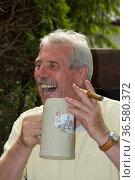 Mann (50 - 60 Jahre) mit Maßkrug und Zigarre - Pure Lebenslust | ... Стоковое фото, фотограф Zoonar.com/Günter Lenz / age Fotostock / Фотобанк Лори