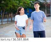 Two youngsters are walking. Стоковое фото, фотограф Яков Филимонов / Фотобанк Лори