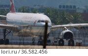 Passenger plane on the airfield (2017 год). Редакционное видео, видеограф Игорь Жоров / Фотобанк Лори