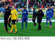 Enttäuscht schleichen die Paderborner Spieler nach der 1:4 Niederlage... Стоковое фото, фотограф Zoonar.com/Joachim Hahne / age Fotostock / Фотобанк Лори