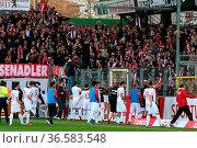 Artig bedanken sich die Spieler von Union Berlin in der Fankurve / ... Стоковое фото, фотограф Zoonar.com/Joachim Hahne / age Fotostock / Фотобанк Лори