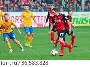 Nicolas Höfler (Freiburg) mit Ball, Fussball: 2.BL. - 15/16 - SC ... Стоковое фото, фотограф Zoonar.com/Joachim Hahne / age Fotostock / Фотобанк Лори