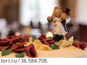 Das Anschneiden der prächtigen Hochzeitstorte ist für jedes Brautpaar... Стоковое фото, фотограф Zoonar.com/Hans Eder / age Fotostock / Фотобанк Лори