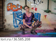 Junge hübsche Frau beim Holishooting arbeitet mit Vorschlaghammer. Стоковое фото, фотограф Zoonar.com/Hans Eder / easy Fotostock / Фотобанк Лори