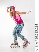 Junge Frau fährt mit ihren Rollerblades vor weissem Hintergrund. Стоковое фото, фотограф Zoonar.com/Hans Eder / easy Fotostock / Фотобанк Лори