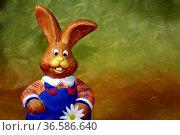 Witzige sitzende Figur einen Hasen mit blauer Latzhose. Стоковое фото, фотограф Zoonar.com/Martina Berg / easy Fotostock / Фотобанк Лори