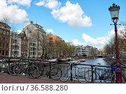 Fahrräder auf einer Brücke über den Zwanenburgwal in Amsterdam, Niederlande... Стоковое фото, фотограф Zoonar.com/Dirk Rueter / age Fotostock / Фотобанк Лори