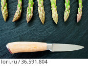 Grüner Spargel und Messer auf Schiefer mit Textfreiraum. Стоковое фото, фотограф Zoonar.com/Thomas Klee / easy Fotostock / Фотобанк Лори