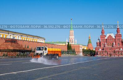 Уборка улиц. Красная Площадь. Солнечное летнее утро. Москва