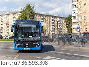 The passenger bus goes along the route. Moscow, Russia. Редакционное фото, фотограф Владимир Журавлев / Фотобанк Лори