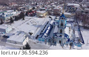 Aerial view of the Church of the Assumption of the Blessed Virgin Mary in the city center in Zadonsk surrounded by residential buildings in winter, Russia. Стоковое видео, видеограф Яков Филимонов / Фотобанк Лори