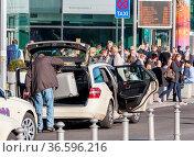 Verkehrsaufkommen an einem Taxihalteplatz vor dem Hauptbahnhof in... Стоковое фото, фотограф Zoonar.com/Karl Heinz Spremberg / age Fotostock / Фотобанк Лори